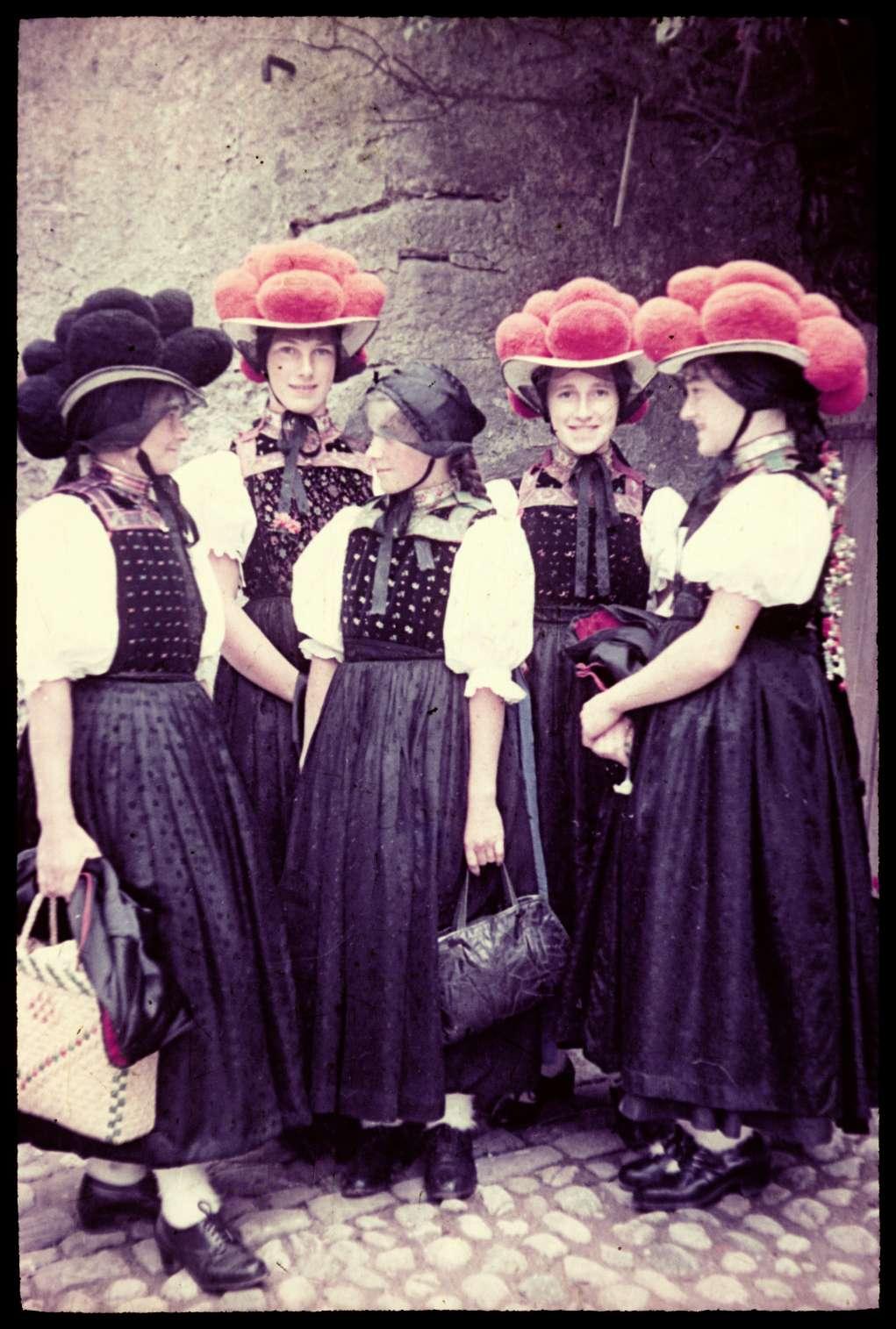 Schwarzwälder Trachten, Frauen und Mädchen mit den unterschiedlichen Kopfbedeckungen der Bollenhuttracht, circa 1955-1965 [Quellet: Badisches Landesmuseum Karlsruhe]