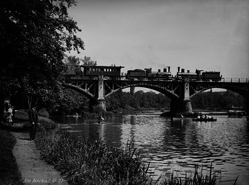 Eisenbahnbrücke bei Stuttgart-Bad Cannstatt mit Zug, 1907 [Quelle: Landesmedienzentrum Baden-Württemberg]