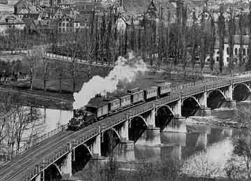 isenbahnbrücke bei Stuttgart-Bad Cannstatt mit Zug, 1907 [Quelle: Landesmedienzentrum Baden-Württemberg]